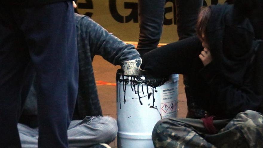 Desallotjat el casal okupa Ca La Trava de Barcelona i detinguts dos dels seus ocupants
