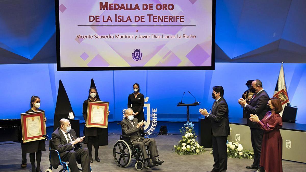 Un momento del acto de entrega de la Medalla de Oro de Tenerife a Vicente Saavedra y Díaz-Llanos en el Auditorio. | | E.D.