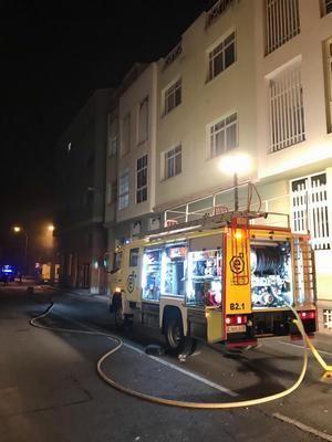 Evacúan a una veintena de vecinos por el incendio de un garaje en Santa Lucía
