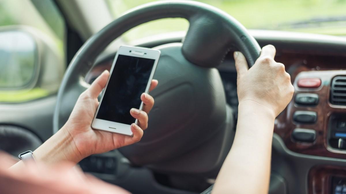 ¿Pueden multarme por usar el teléfono móvil en un semáforo?