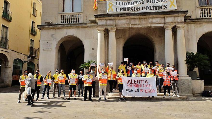 Treballadors del transport sanitari es concentren a Figueres en l'inici de la vaga indefinida a Catalunya