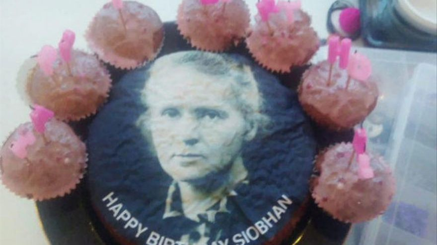 Pide una tarta de Mariah Carey y le regalan una con la imagen de Marie Curie