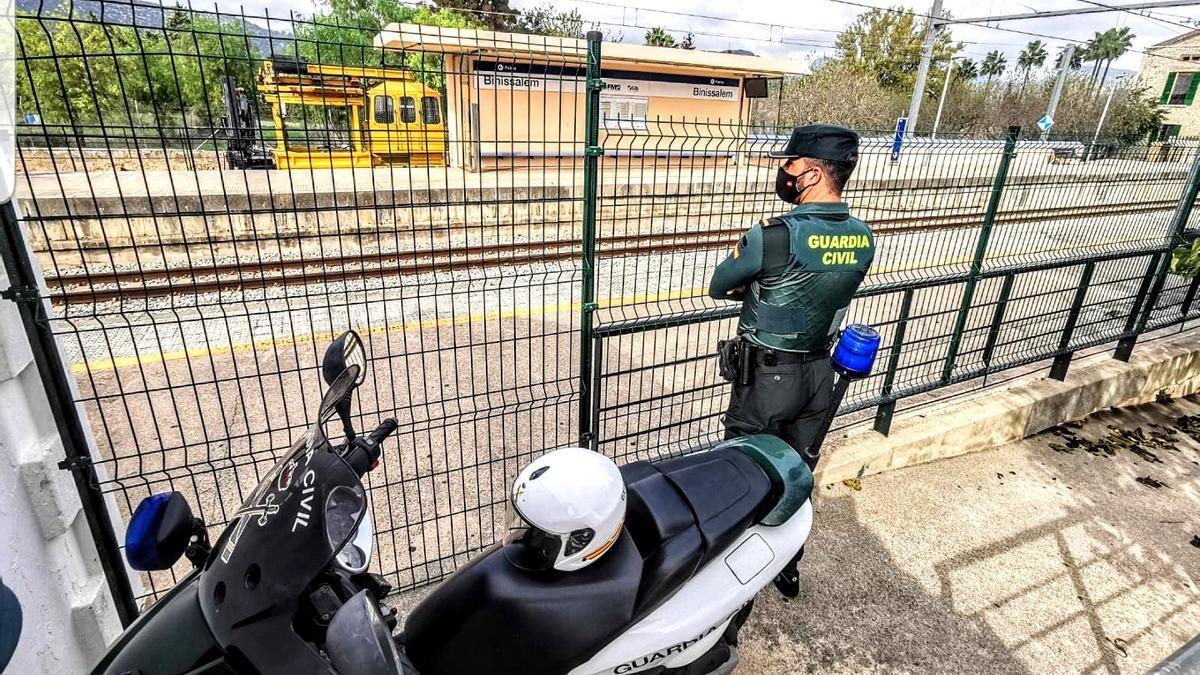 Un agente de la Guardia Civil, en la estación de Binissalem