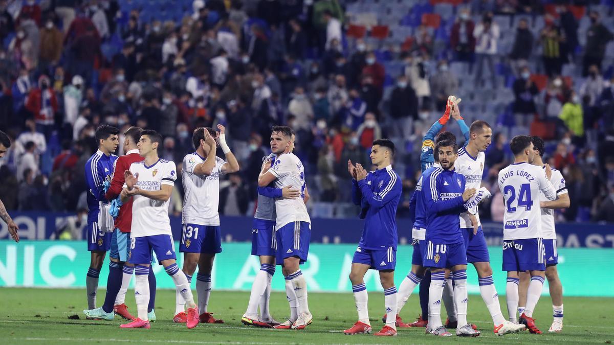 Los jugadores del Zaragoza, con Álvaro Giménez en el centro, se despiden de la afición al final.