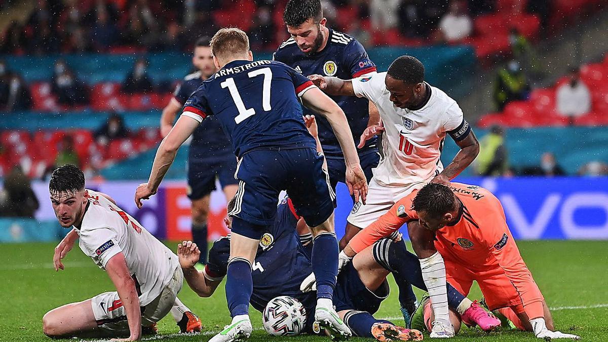 Diversos jugadors lluiten per la pilota en una confusa jugada a dins de l'àrea escocesa. | EFE