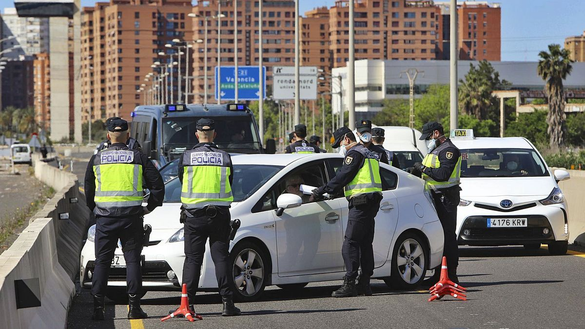 Control policial del cierre perimetral en una salida de València. | D. TORTAJADA