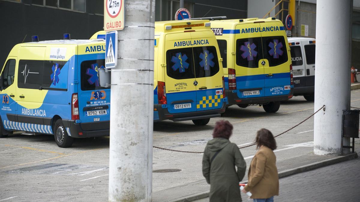 Ambulancias en el recinto del Complexo Hospitalario de A Coruña (Chuac).