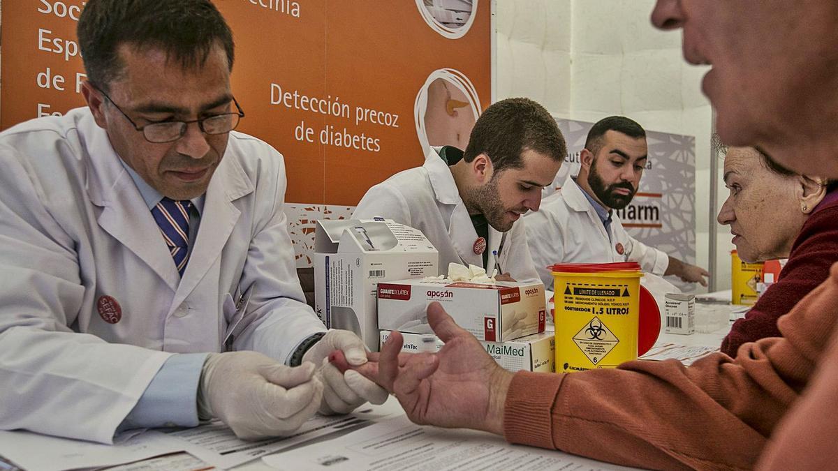 Carpa instalada en la plaza de La Candelaria para realizar un cribado preventivo de la diabetes. | | EL DÍA