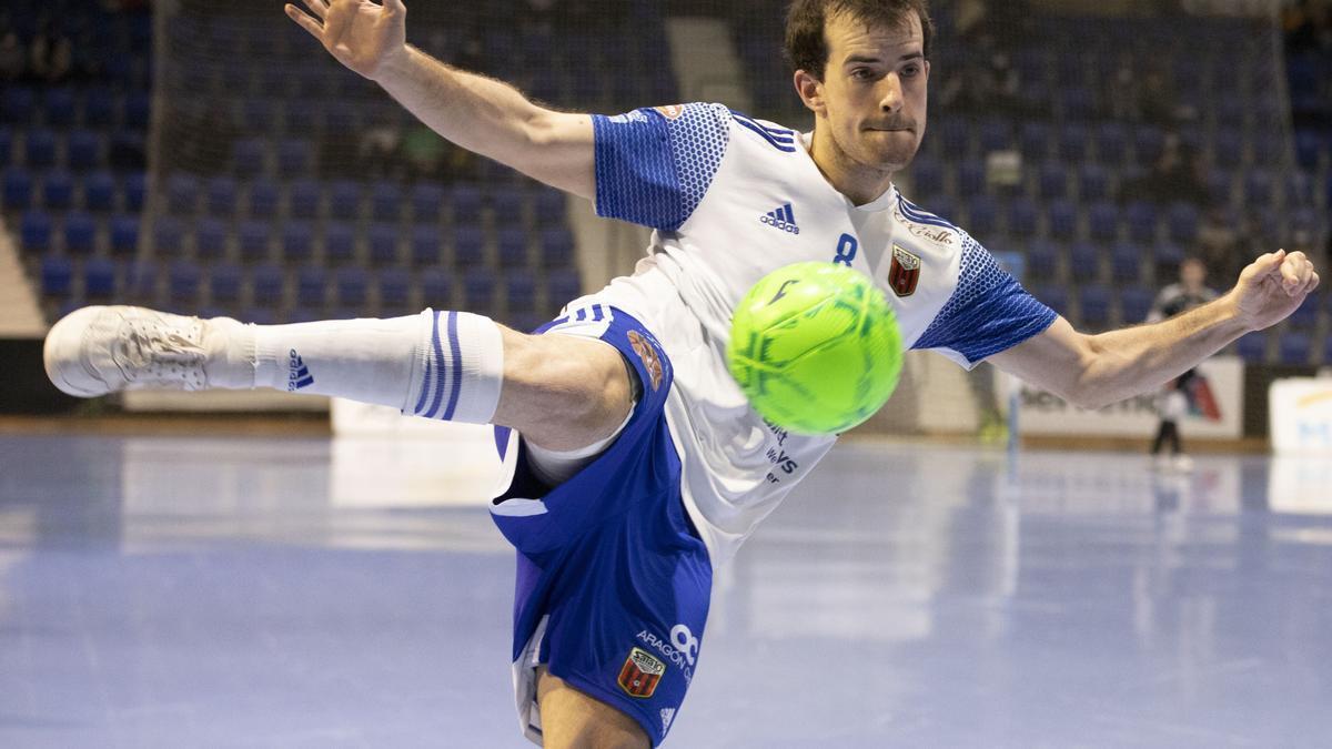 Richi Felipe golpea un balón, en el partido contra el Xota.