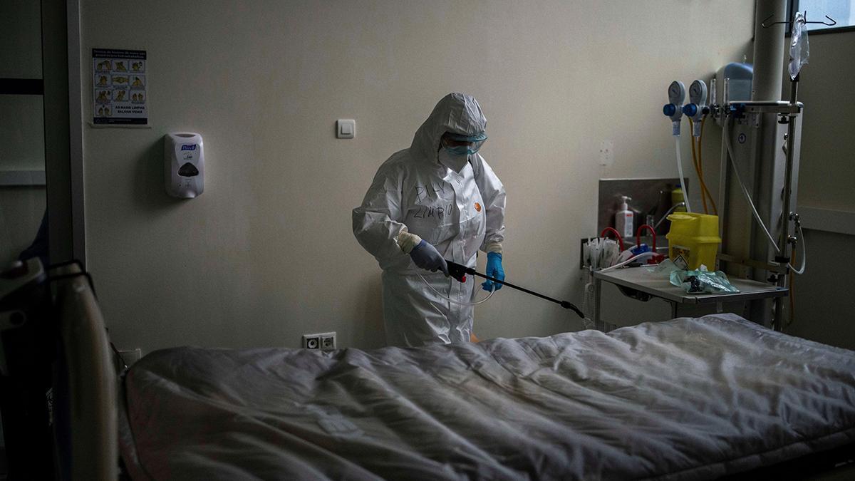 Desinfección de una habitación COVID en el Complexo Hospitalario Universitario de Ourense (CHUO).