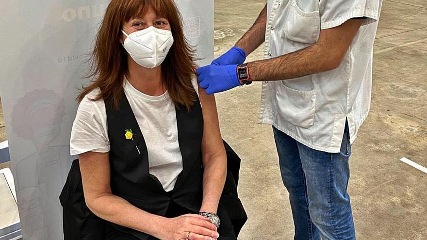 L'alcaldessa de Girona rep la primera dosi i destaca la «bona atenció»