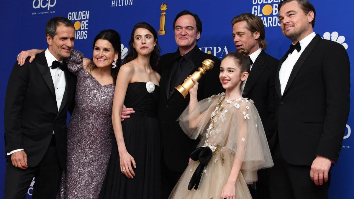 David Heyman, Shannon McIntosh, Margaret Qualley, Quentin Tarantino, Brad Pitt, Julia Butters y Leonardo DiCaprio posan con el premio a la mejor película musical o comedia por 'Érase una vez... En Hollywood' en los Premios Globo de Oro.