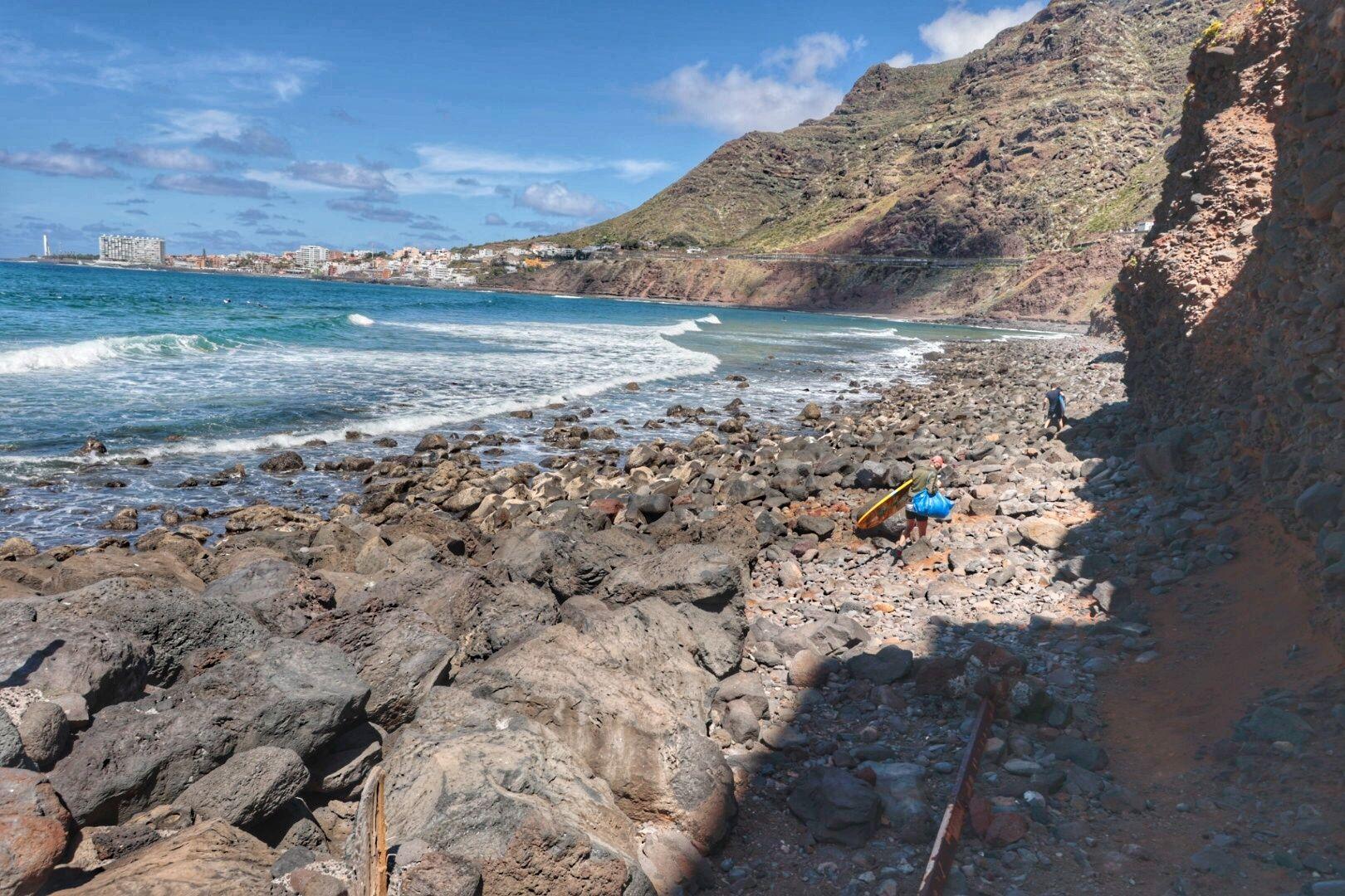 Surferos en la Playa del Arenal