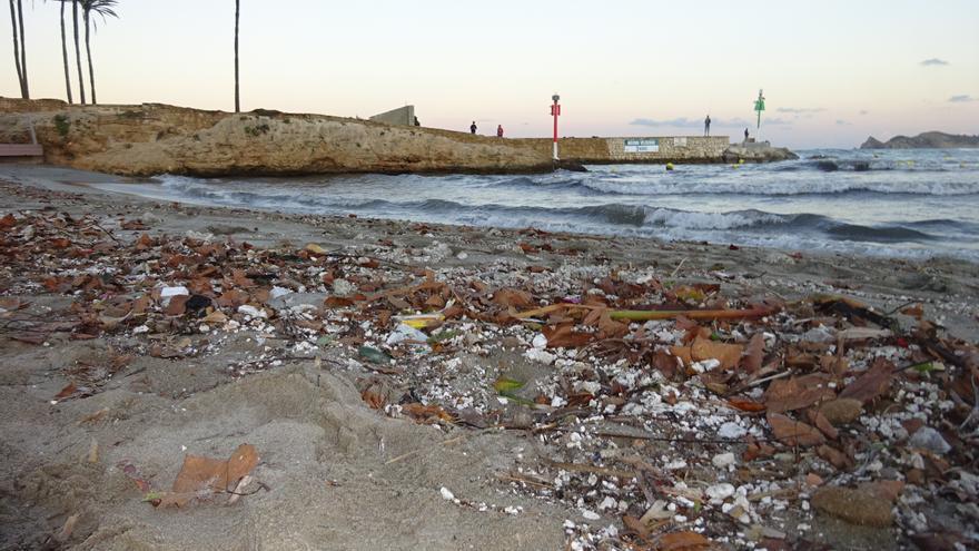 Desalojan la playa del Arenal de Xàbia por un vertido