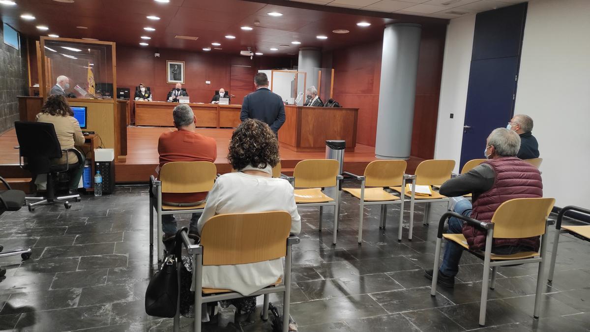 El exalcalde, ayer durante su declaración en la Audiencia. El resto de los imputados, en el banquillo.