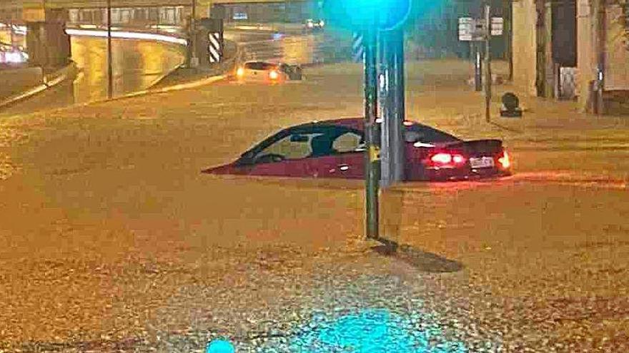 Un aiguat al Vallès inunda carrers i obliga a tallar carreteres i vies de tren