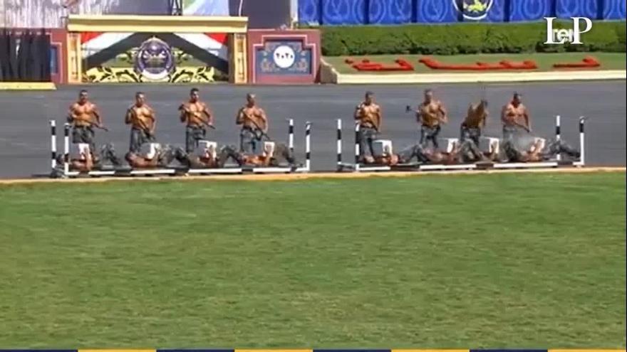 Así es el sorprendente y viral desfile de graduación de la Policía de Egipto