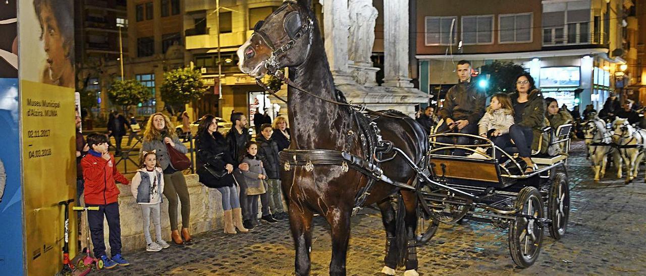 La bendición de los animales es el acto más multitudinario de las fiestas de Sant Antoni.   XIMO FERRER