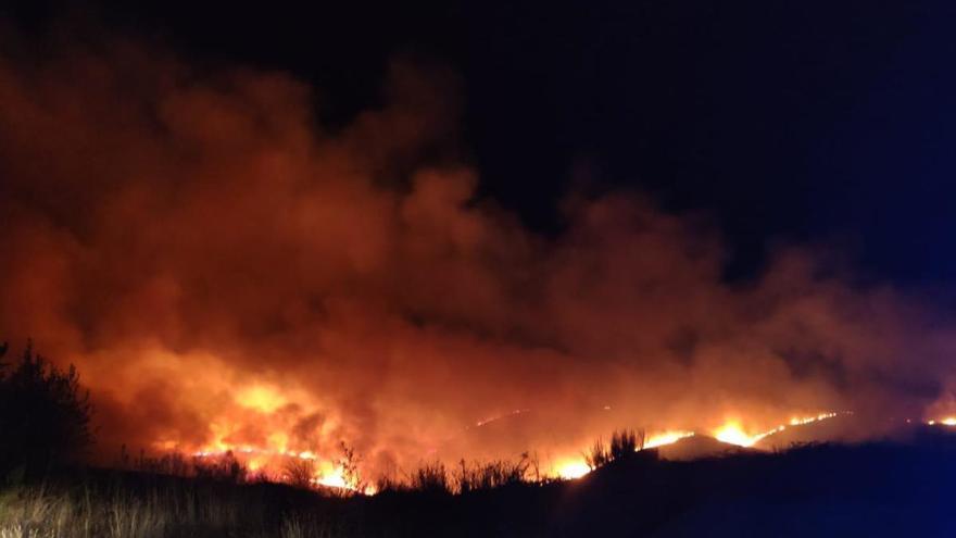 Cortado un tramo de la A-52 por un incendio en A Gudiña que supera las 20 hectáreas