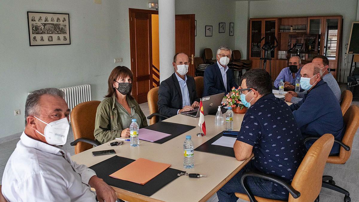 Reunión entre los alcaldes del embalse de Ricobayo y responsables de Iberdrola, ayer en Palacios del Pan.   Emilio Fraile