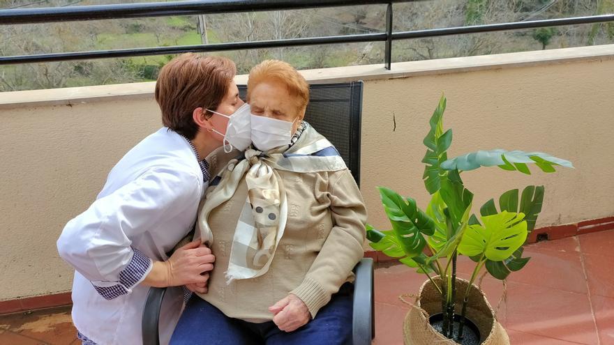 En el 8M, Savia homenajea a su residente más longeva en su centro de Montán