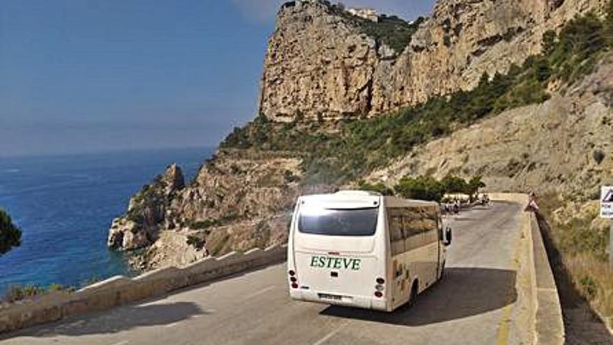 """Benitatxell pone en marcha el autobús que lleva al """"paraíso"""" de la cala del Moraig"""