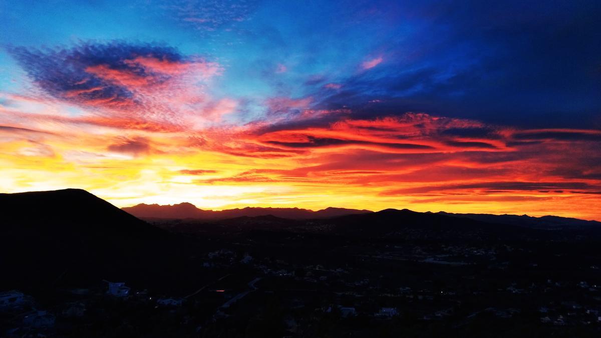 El cielo de la Marina Alta coloreado esta tarde de violeta, naranja y rojo
