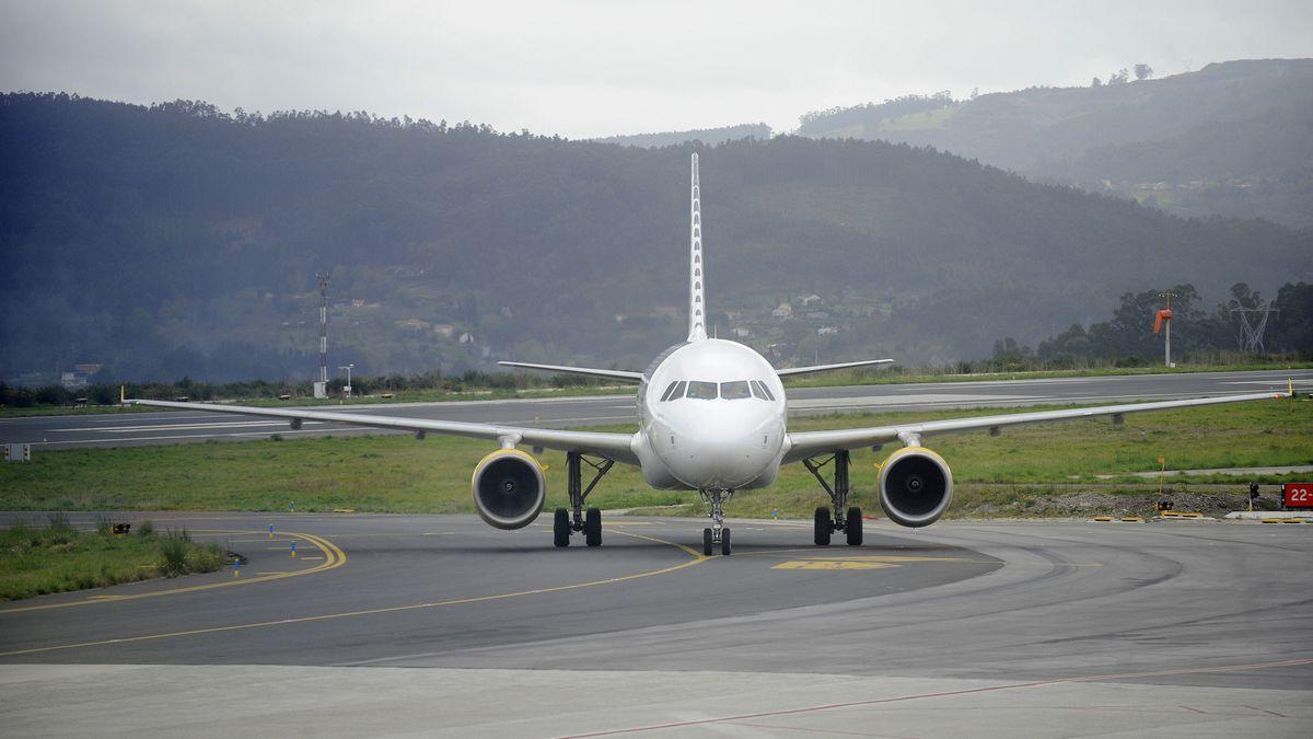 Avión de Vueling en la pista de Alvedro.