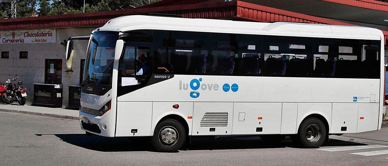 Un autobús sale de la estación de autobuses de Gondomar.