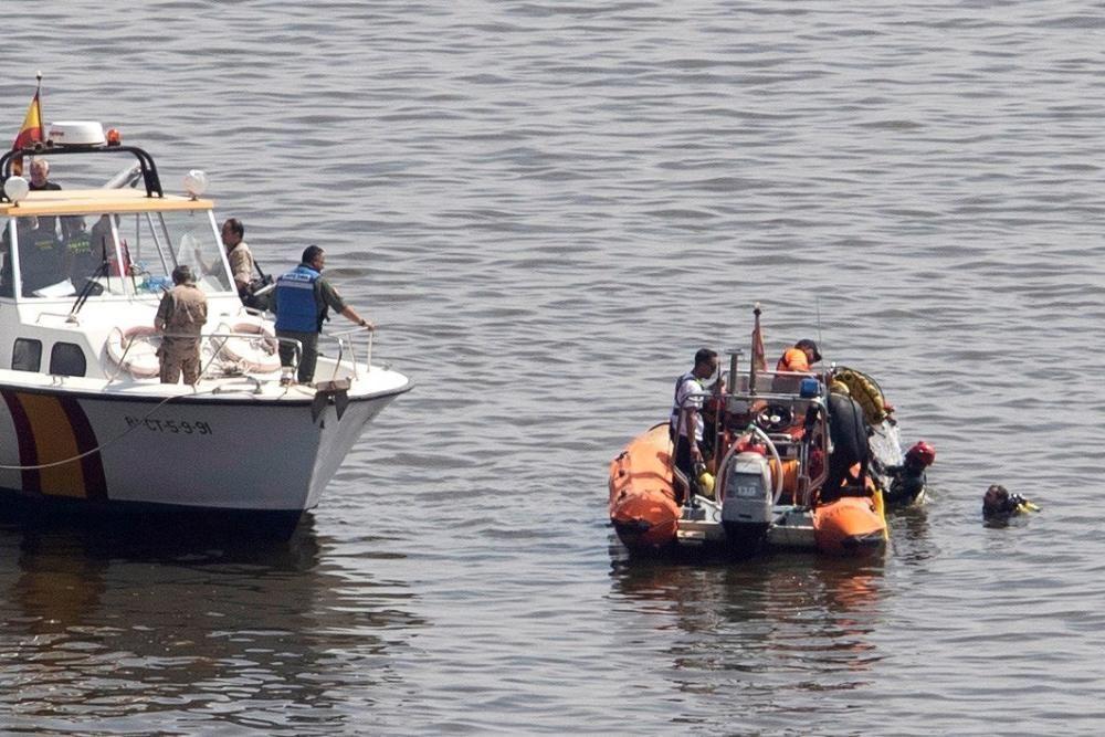 Buceadores de la Guardia Civil durante las labores de rescate de los dos militares fallecidos, un instructor y una alumna de la Academia del Aire.