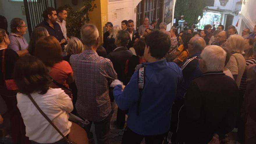 Unos 60 usuarios protestan por el cierre de la piscina municipal
