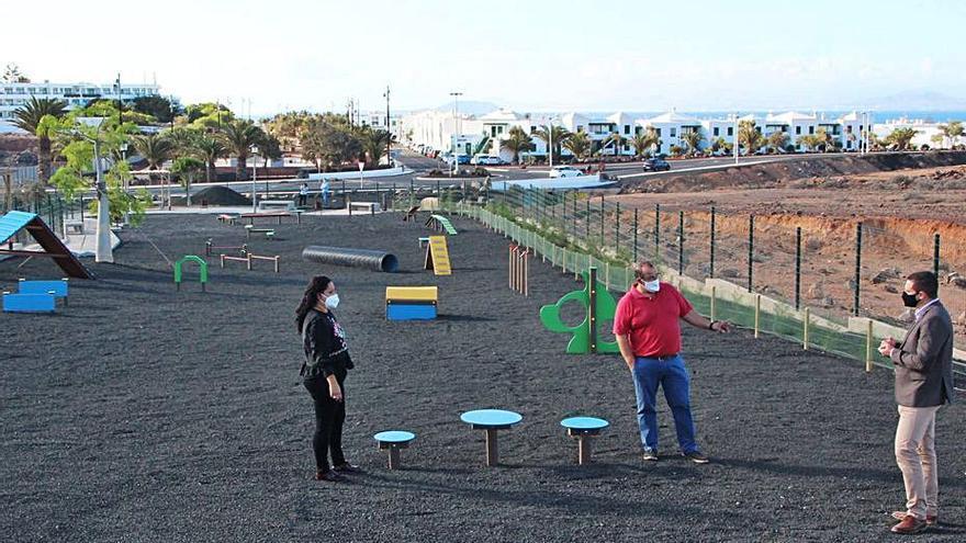 Yaiza reabre el parque canino de Playa Blanca con 16 nuevos juegos, ajardinado y bebedero
