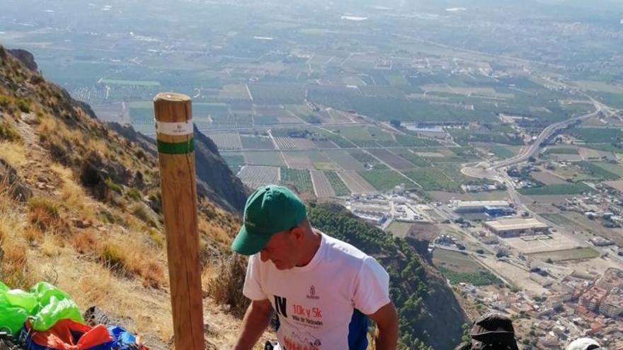 Redován limpia y señaliza el sendero de Los Coloraos en la sierra con una ayuda de la Diputación