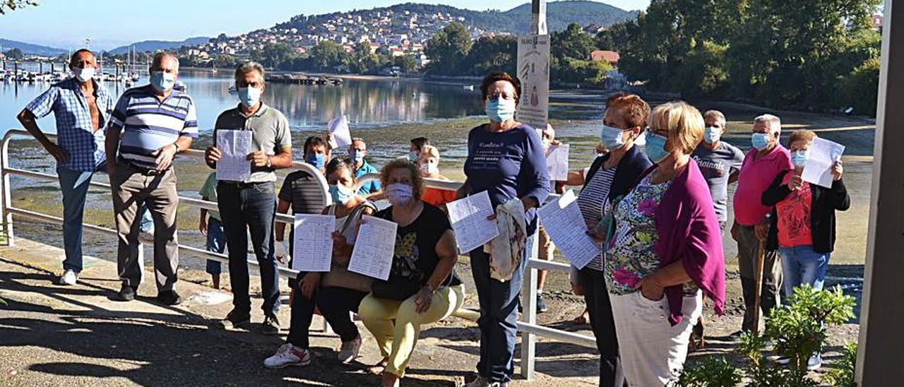 Vecinos de Redondela en una protesta en Cesantes para reclamar la recuperación de la limpieza de algas en la playa, el verano pasado.