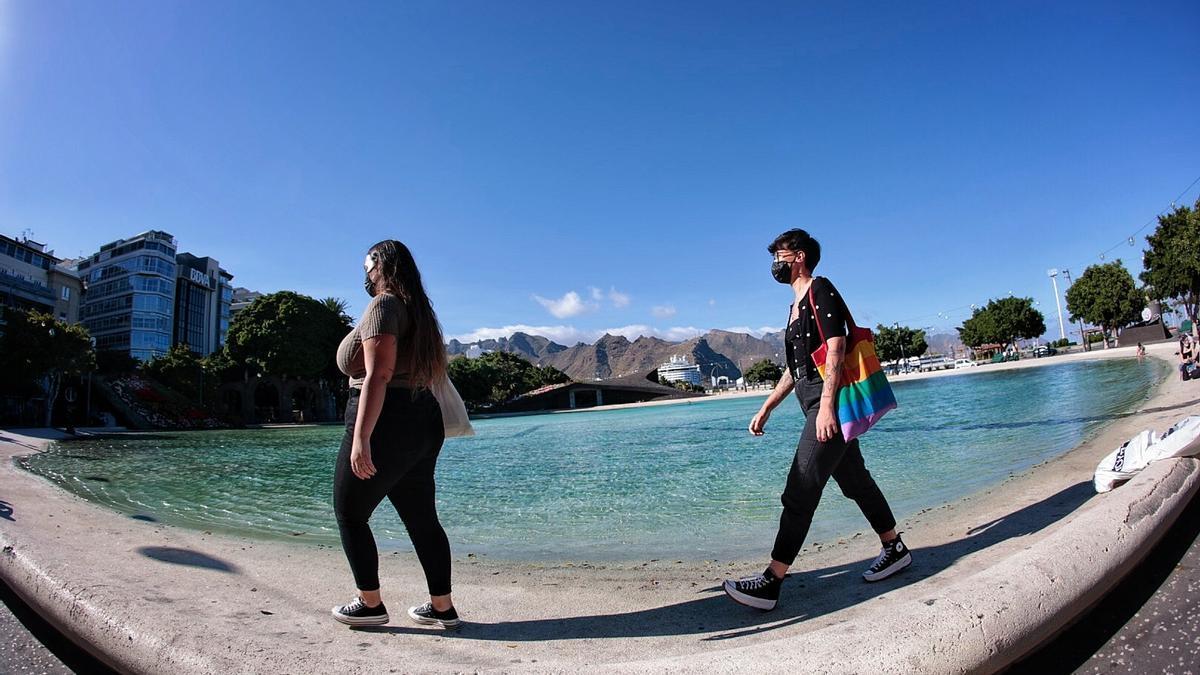 Dos ciudadanas pasean por la plaza de España, en Santa Cruz de Tenerife.