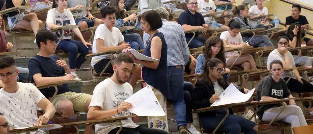 """Inicio, ayer, de la selectividad de """"septiembre"""" por primera vez en julio, en Santiago. // Xoán Álvarez"""