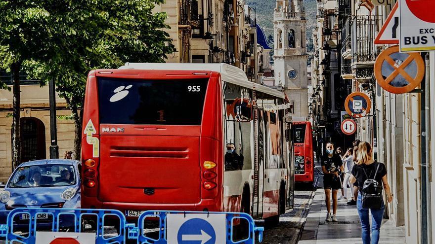 Alcoy asegura que el autobús seguirá pasando por el centro histórico pese a la peatonalización