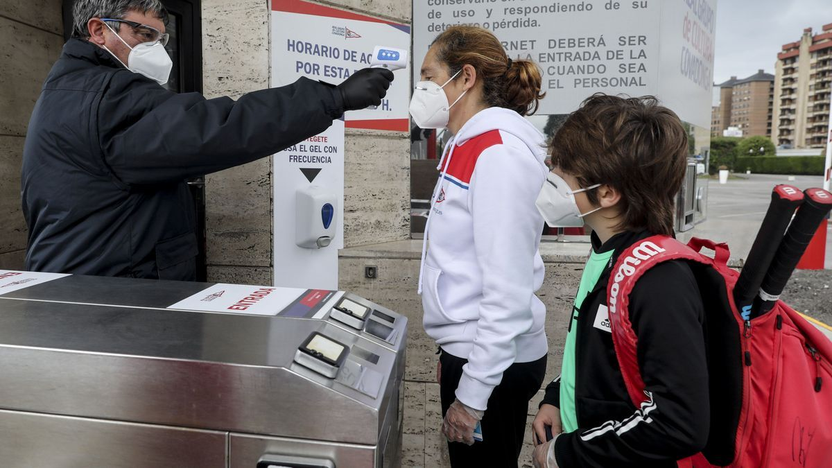 Un empleado toma la temperatura a socios al acceso a las instalaciones del Grupo.