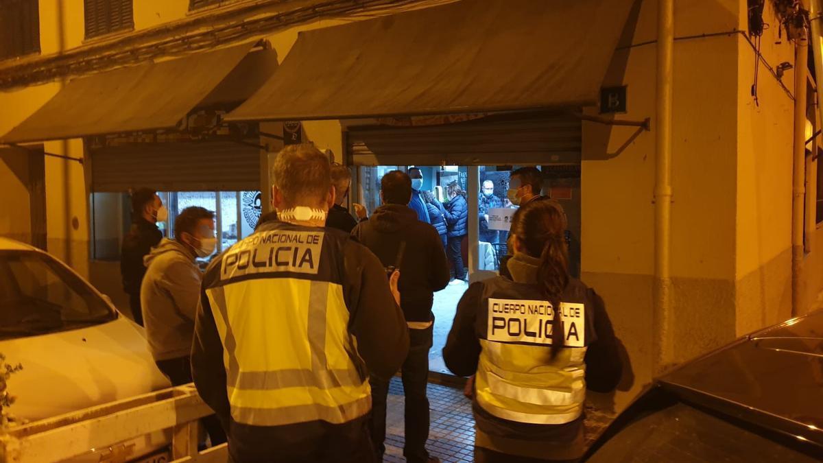 La Policía precitó un bar en Palma.