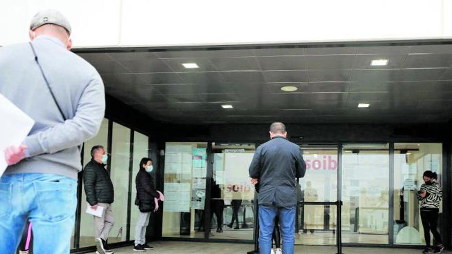 El paro se reduce un 30% en las Pitiusas pero aún dobla el de 2019