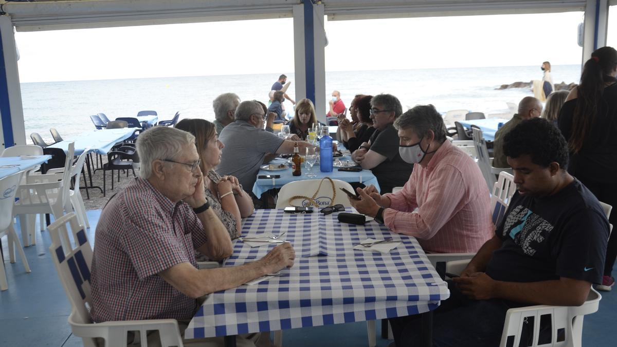 Imagen de la playa vacía en Moncofa, aunque la gente sí ha acudido a los merenderos.