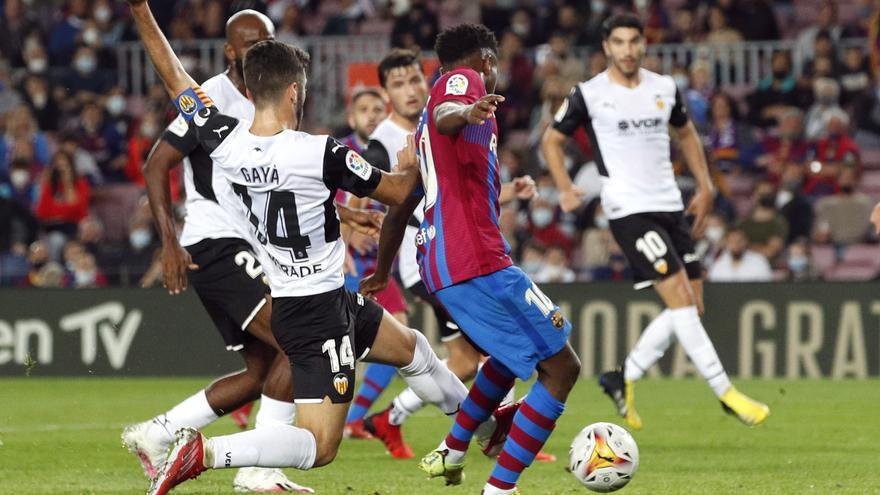 Frustración y polémica en el Camp Nou: al Valencia se le escapa el Barça (3-1)