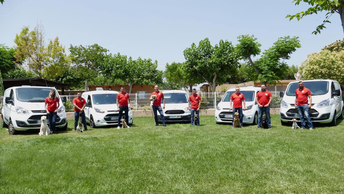 Algunos de los profesionales que forman parte de Serproanimal, en sus instalaciones de Vinaròs.