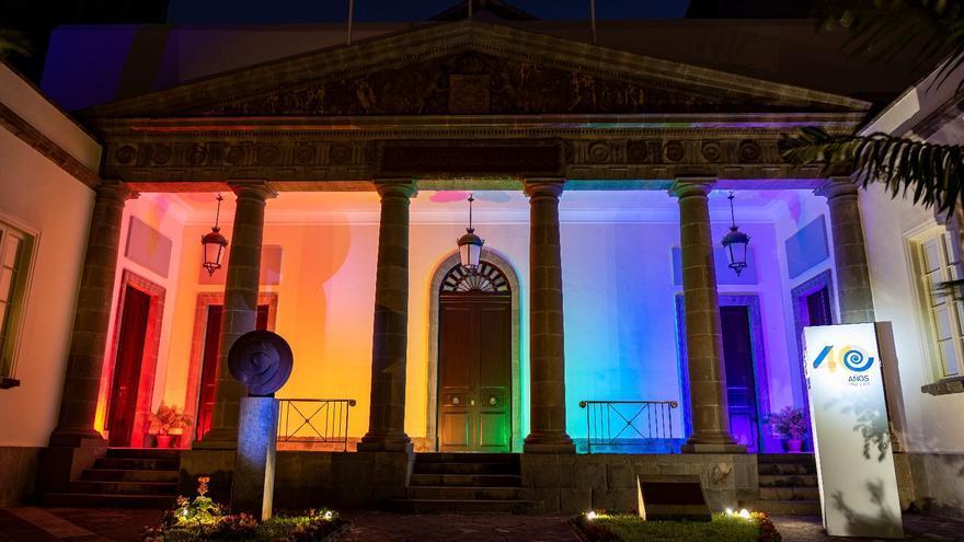 El Parlamento de Canarias se ilumina con los colores del arcoíris por el Día del Orgullo LGTBI