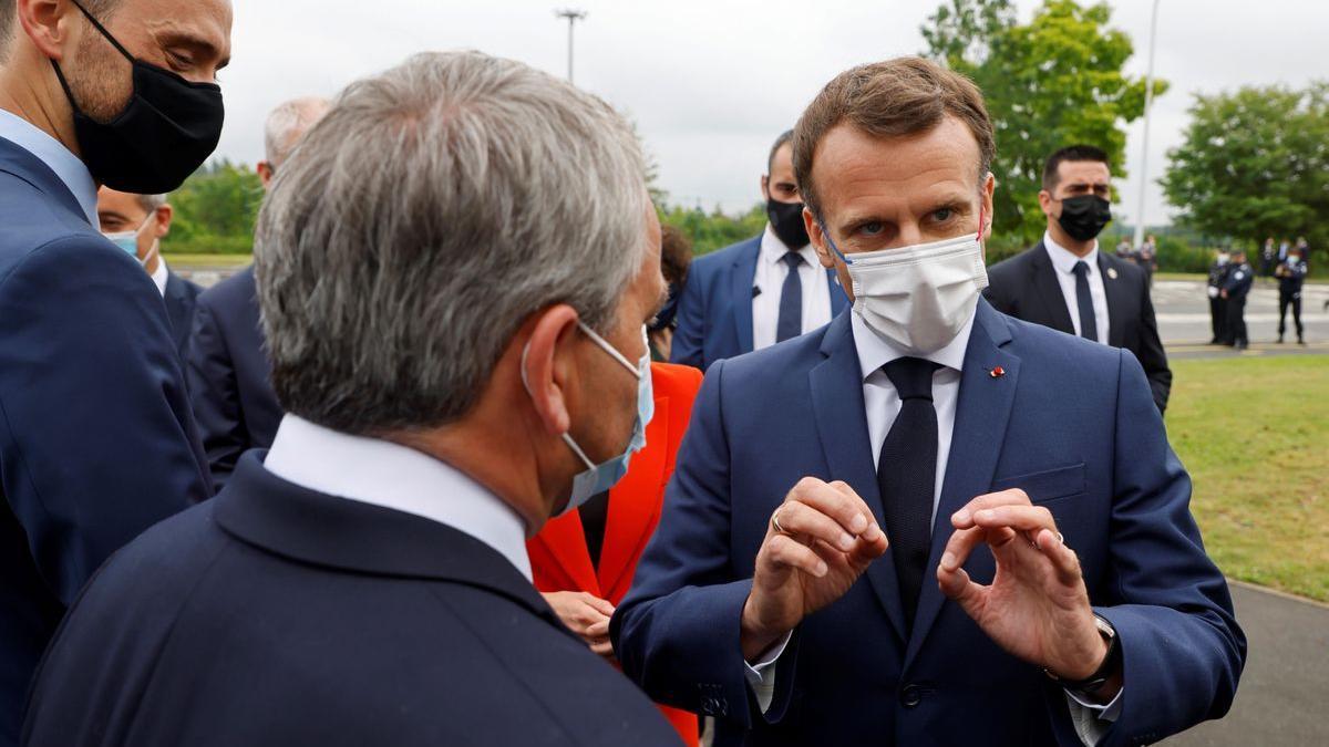 El presidente francés, Emmanuel Macron, habla con el presidente de la región Hauts-de-France, Xavier Bertrand.
