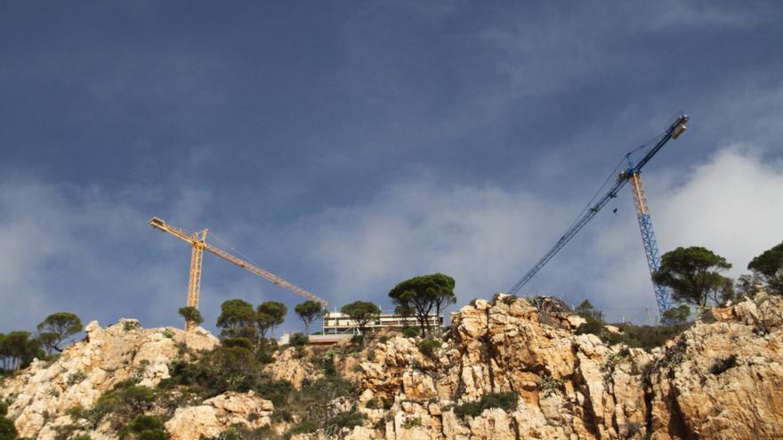 SOS Costa Brava constata des del mar «el fort impacte paisatgístic» que té la construcció al litoral gironí