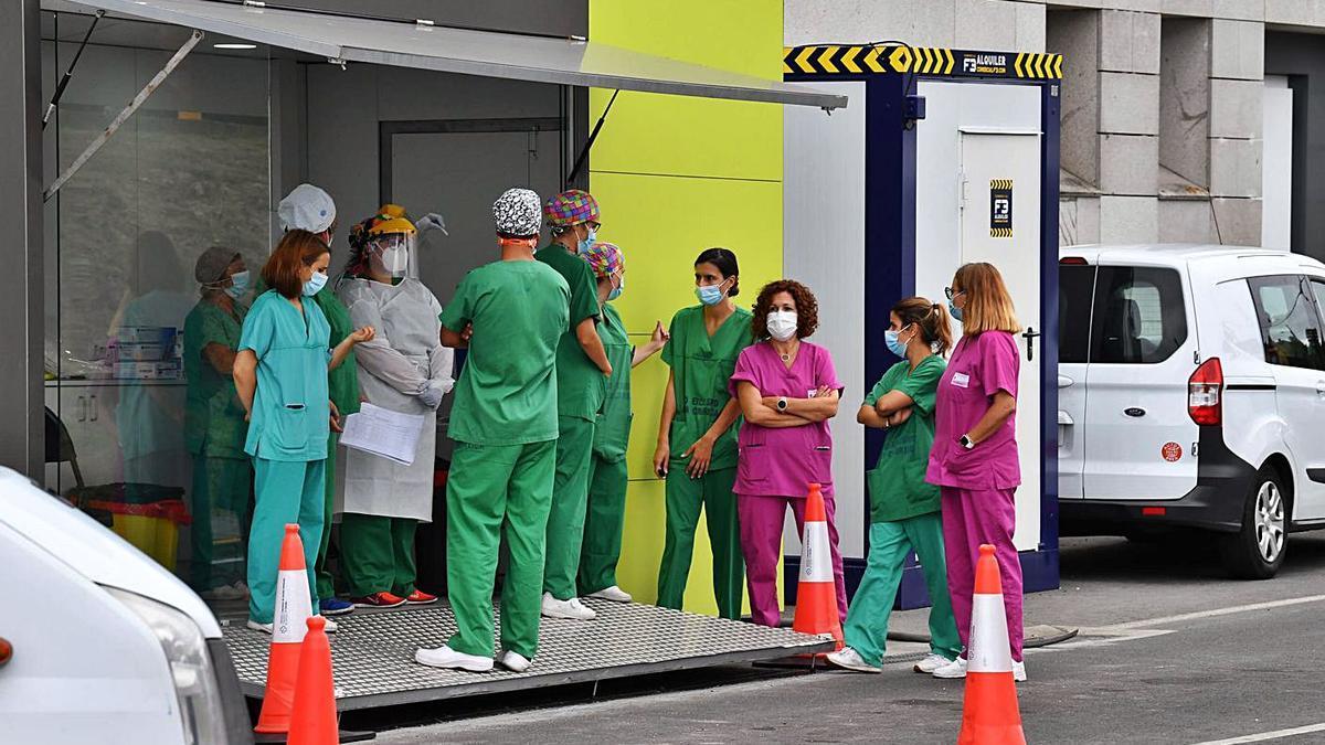 Sanitarios en una de las puertas del Chuac.   | // VÍCTOR ECHAVE