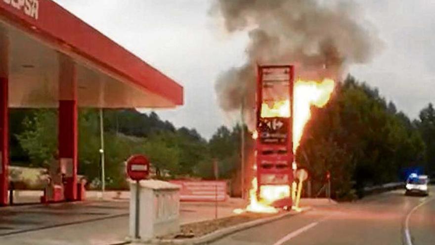 Alarma al incendiarse el letrero de una gasolinera en Peguera