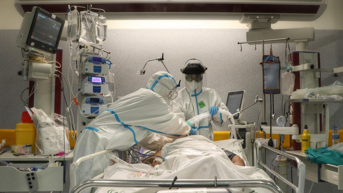 Sanitarios atienden a un paciente de coronavirus
