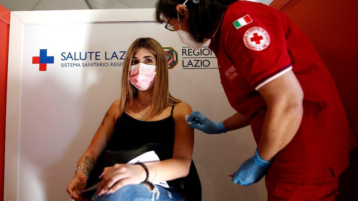 Una estudiante se vacuna en Italia.